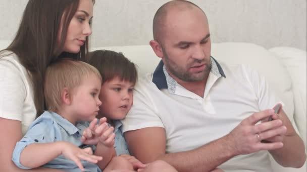 Néztem a képeket a telefon boldog család