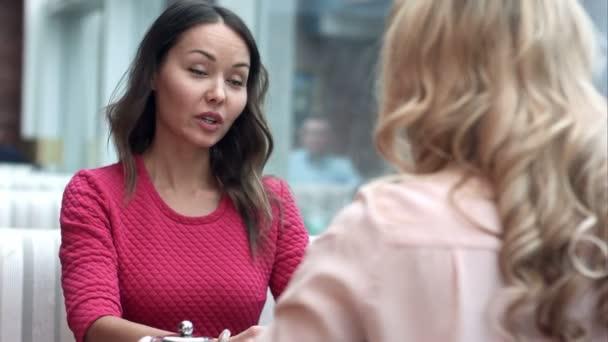 Geschäftsfrau schüttelt Hände, beendet eine Besprechung