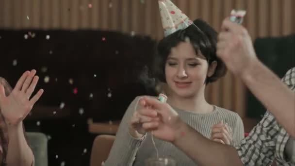 Veselá mladých lidí osprchoval s konfety na klubu strany
