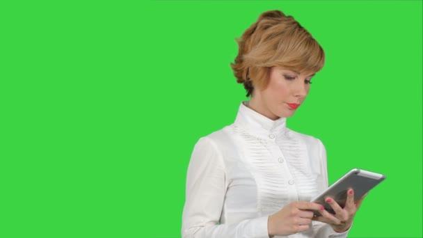 Giovane donna che usando un tablet su un Green Screen, Chroma Key
