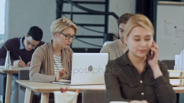 Foglalt Mintaoltalmi Hivatalnál munkavállalók íróasztalok