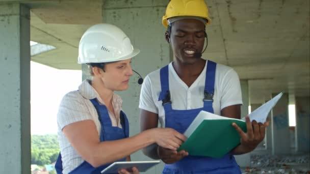 Týmová práce na projektu výstavby