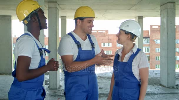 Skupina usmívající se tvůrci v Havířské mluví na staveništi