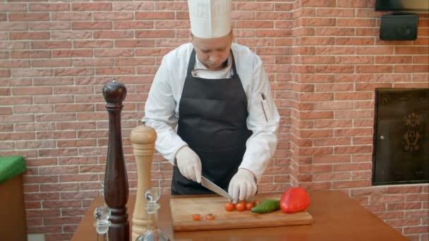 Rajčata řezání šéfkuchař v kuchyni