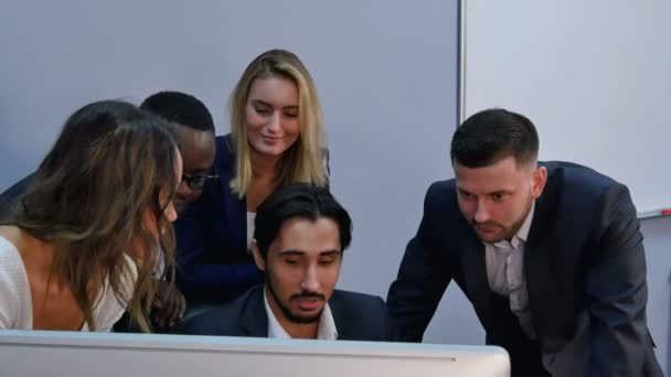 Gruppe von Rassen Business Team Einschlagloch mit Ergebnis überrascht, lächelnd und mit Blick auf Laptop-computer