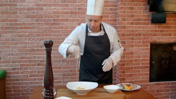 Küchenchef mixt Zutaten für Teig, Salz und Pfeffer