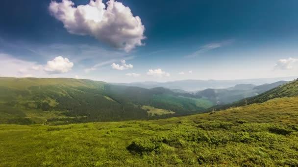 stádo ovcí pasoucí se v horské krajině. Letecký pohled na přírodní scenérie při západu slunce na obloze timelapse