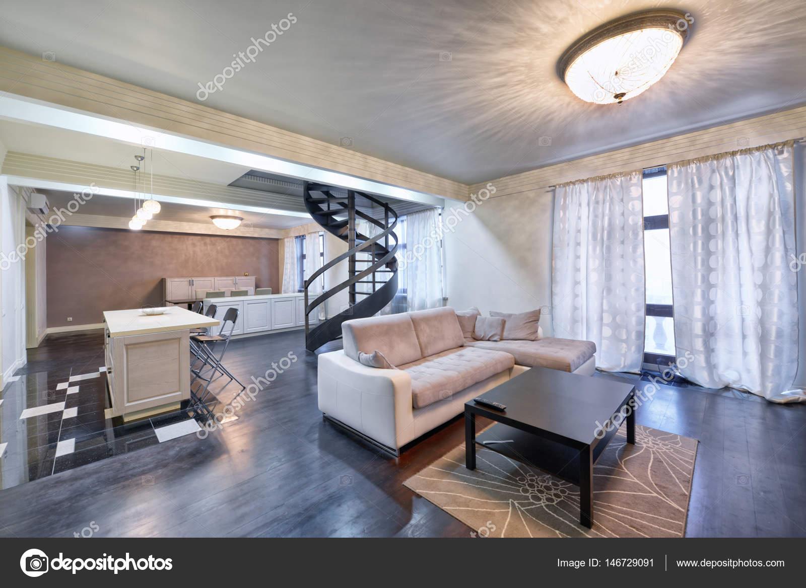 Russland, Moscow   Modernes Wohnzimmer Interieur. Maisonette Wohnung Mit  Einer Stilvollen Wendeltreppe U2014 Foto Von Ovchinnikovfoto