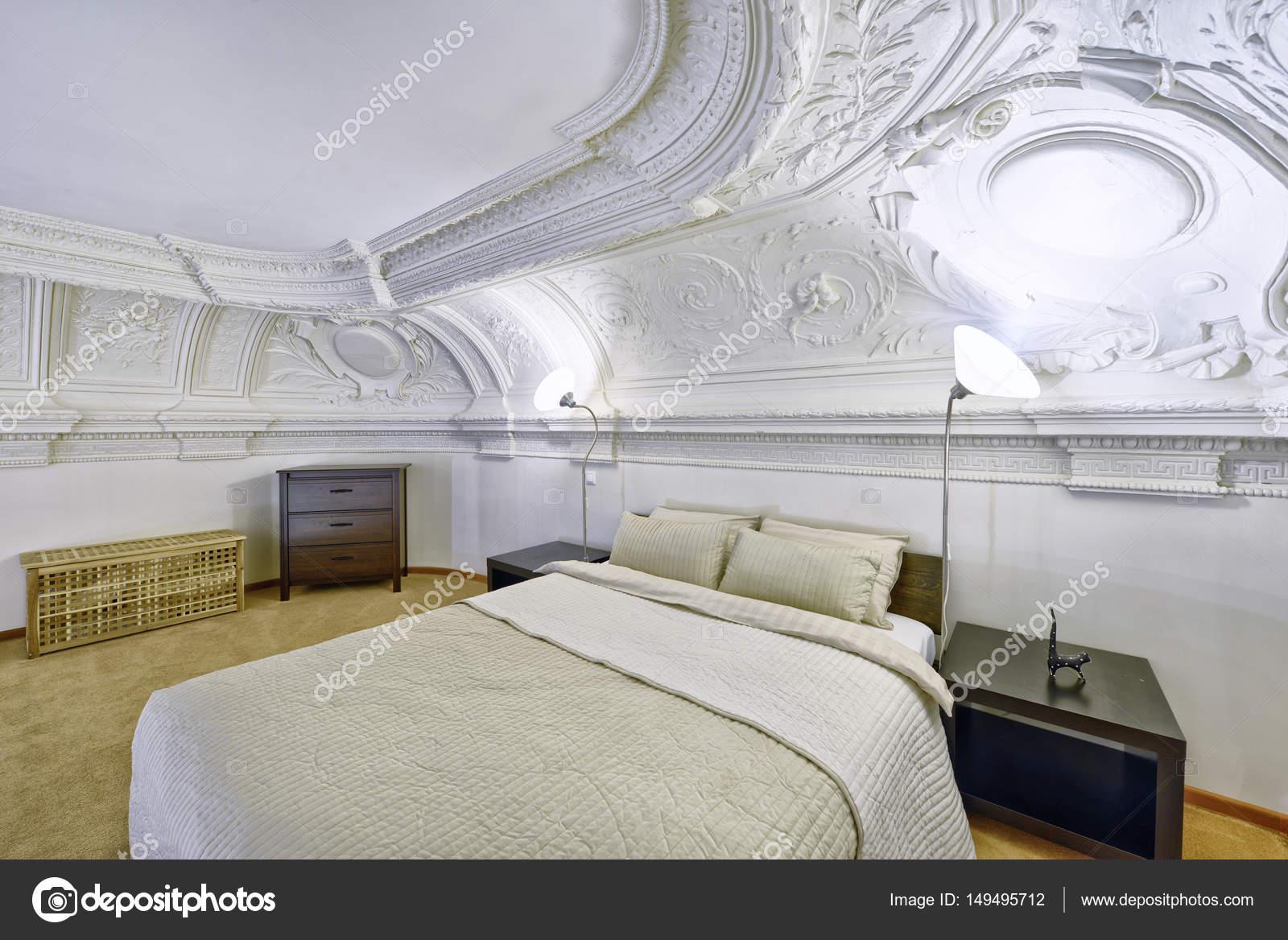 stijlvolle slaapkamer interieur met tweepersoonsbed — Stockfoto ...