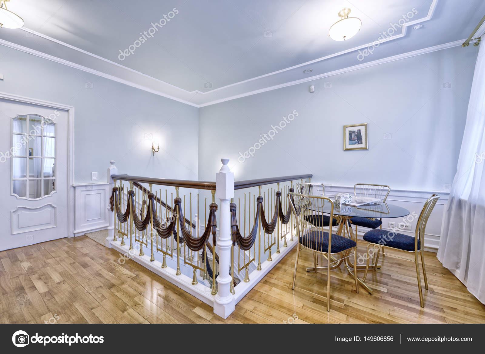 Gestaltung der Treppe in einem reichen Haus — Stockfoto ...