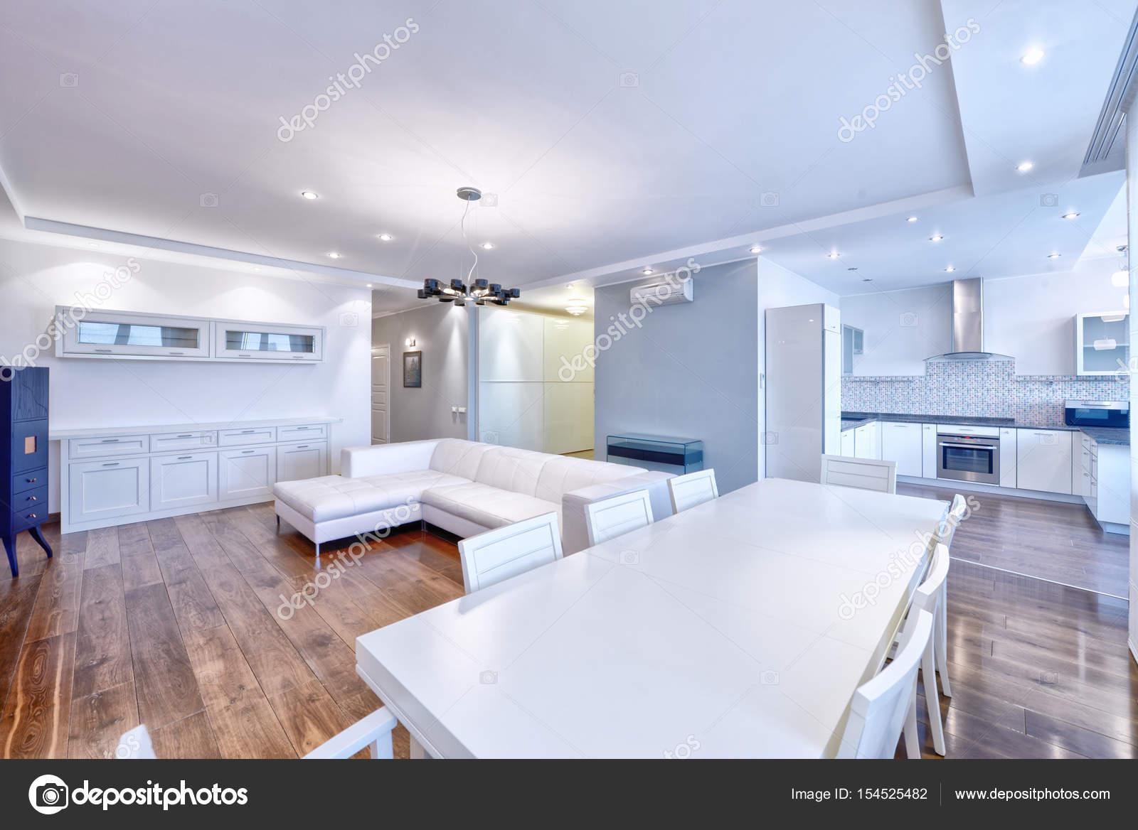Interieur van de keuken-woonkamer in een modern huis — Stockfoto ...