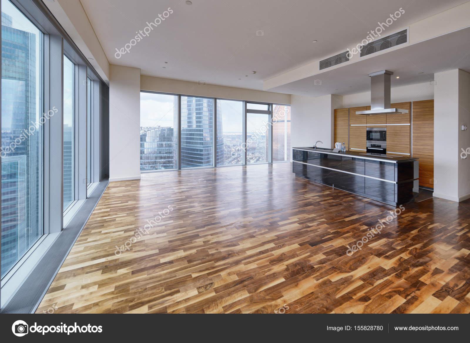 Interni moderni in una nuova casa di lusso con vetrate for Casa interni moderni