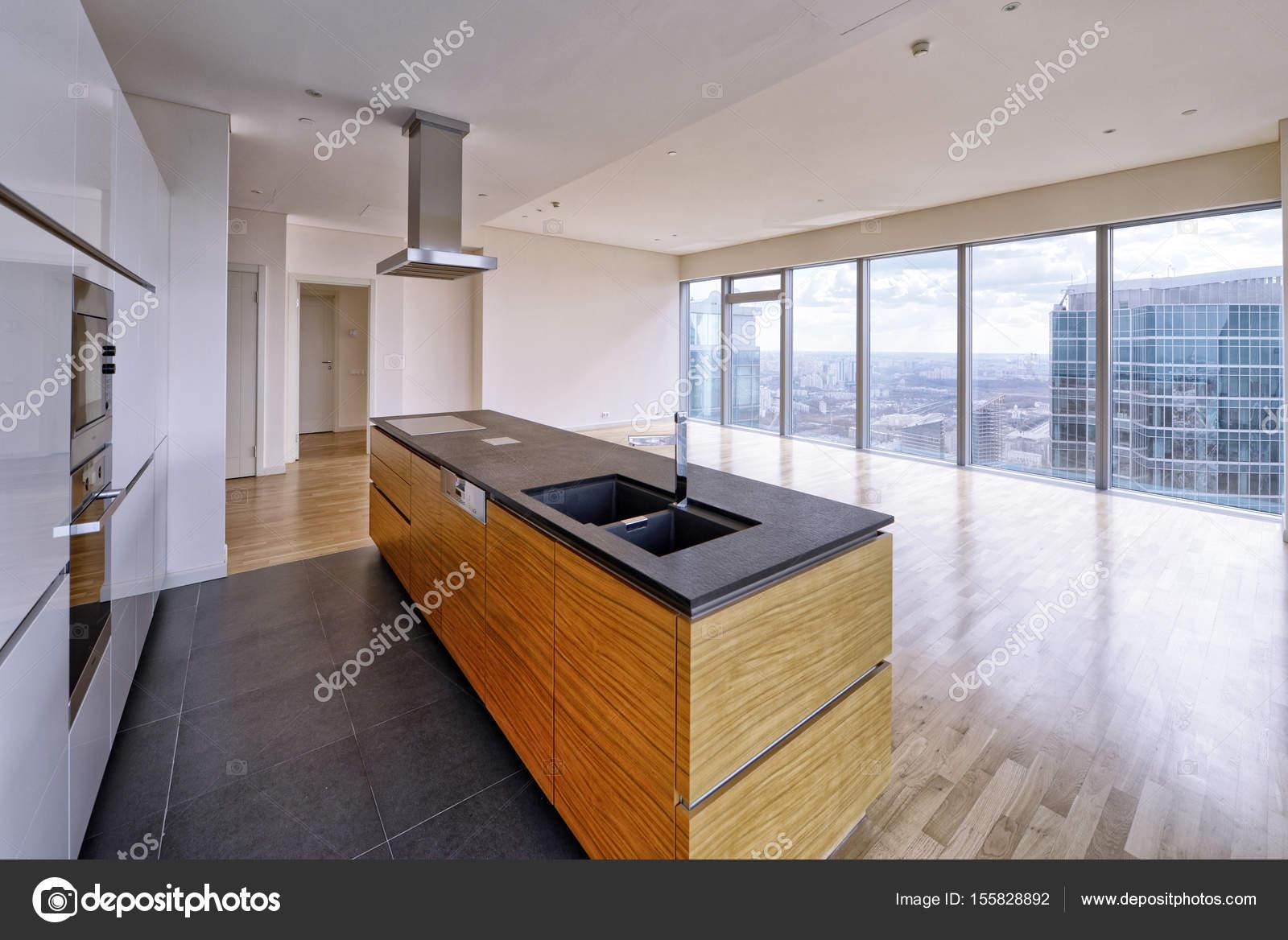 Modernes Interieur in einem neuen Luxushaus mit Panorama-Fenster ...