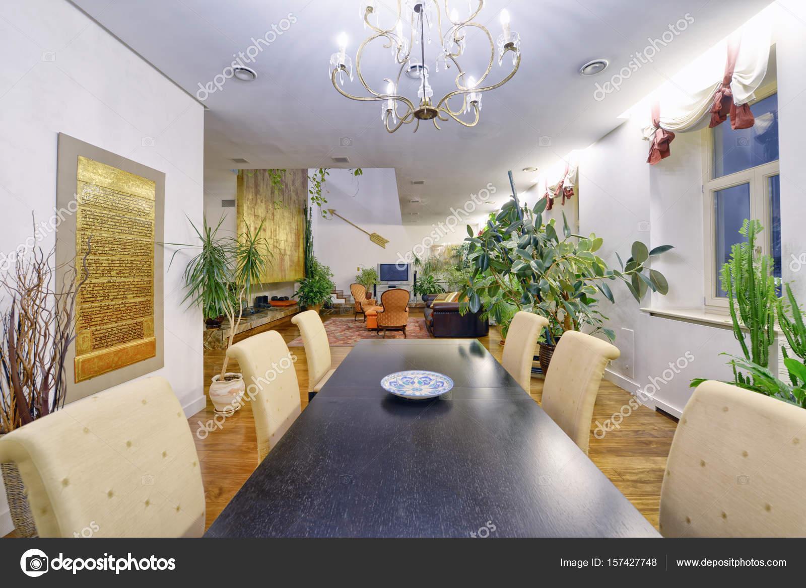 Grote eettafel in het interieur van het appartement in een