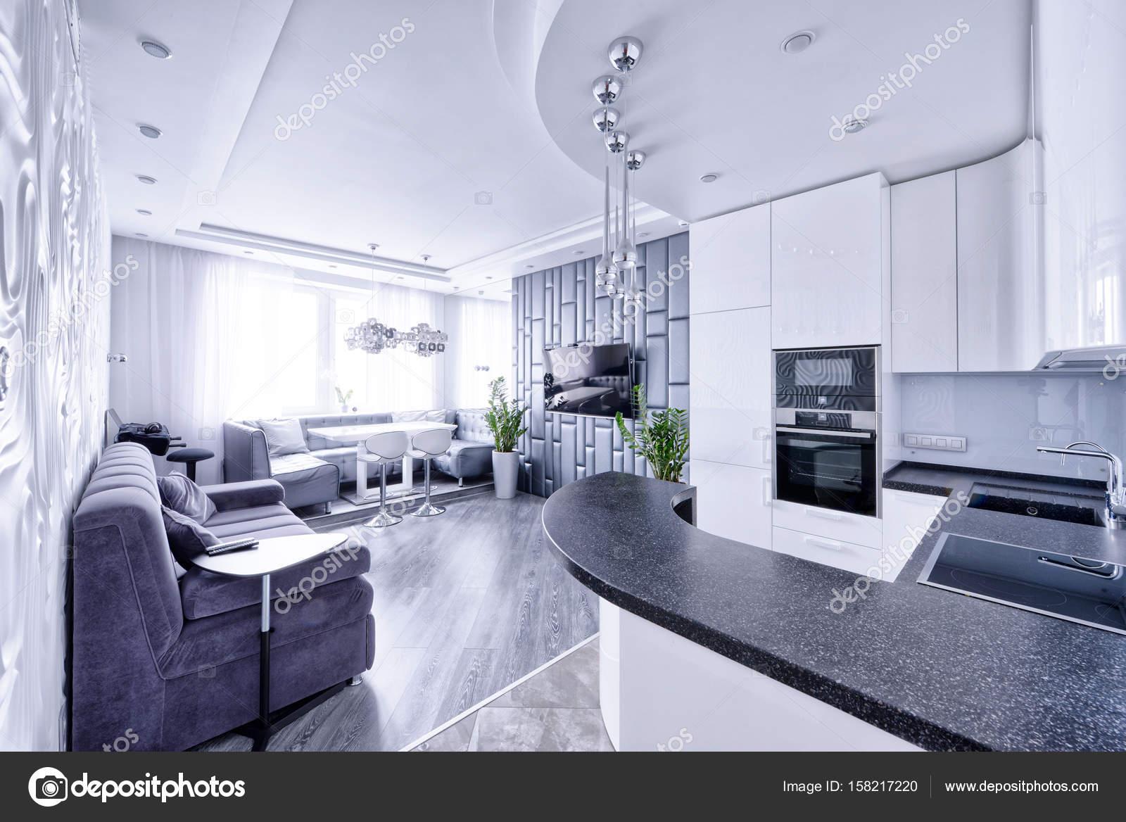 Modernes Design Innenraum mit weißen Hochglanz Küche in einem ...