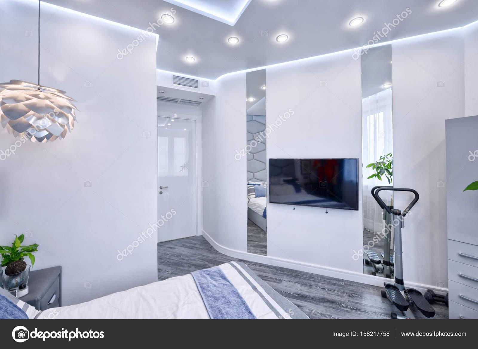 Interno camera da letto design moderno in toni di grigio e blu in un ...