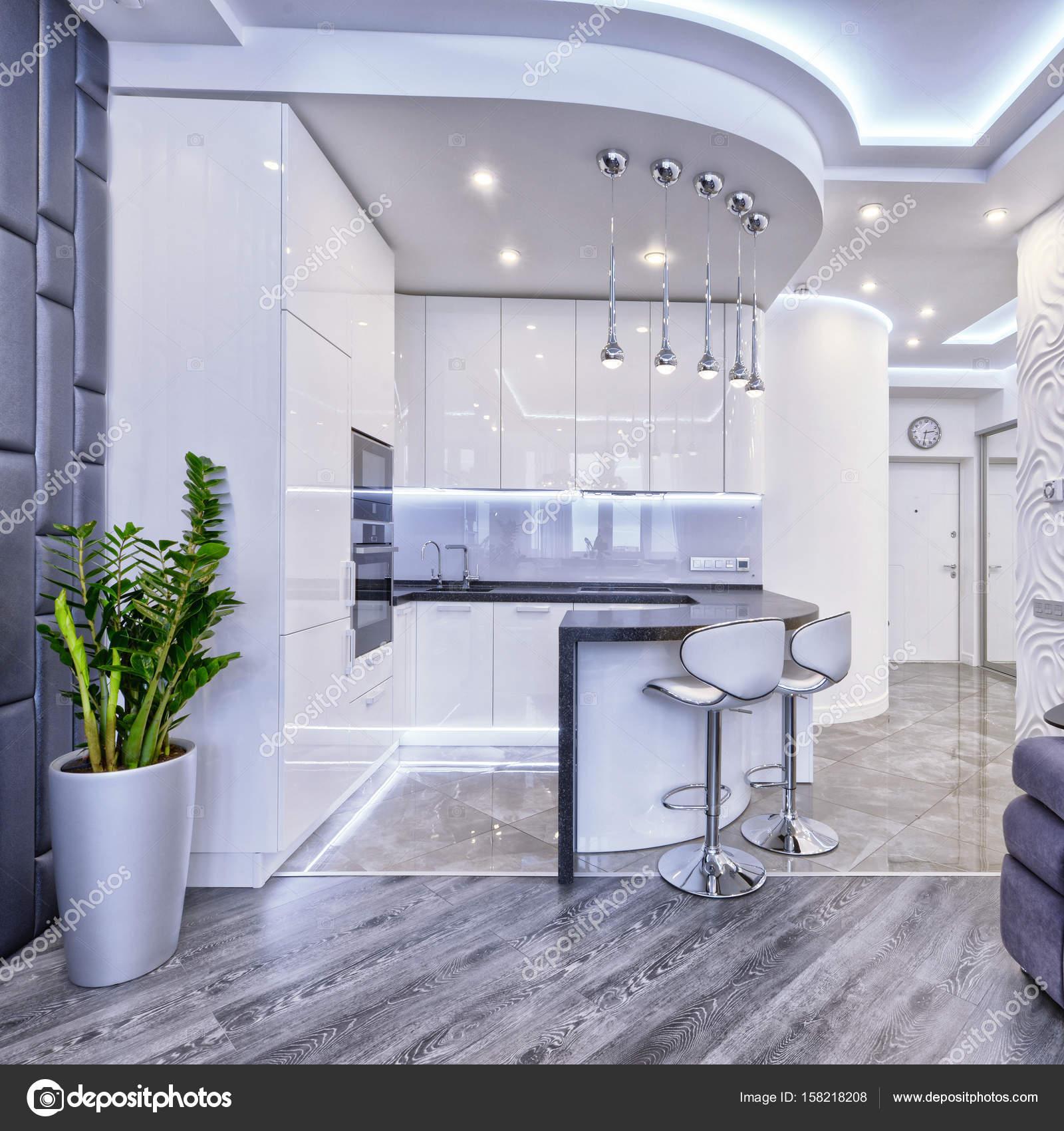 Cucina design moderno bianco in uno spazioso appartamento — Foto ...