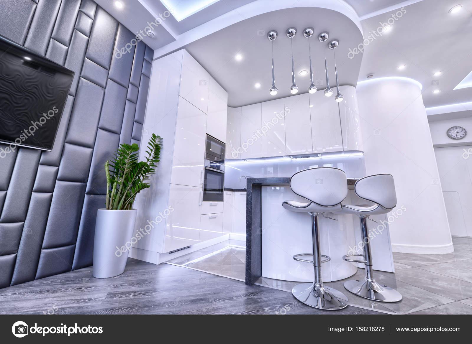 Weiße moderne Designer-Küche in einem geräumigen Appartement ...