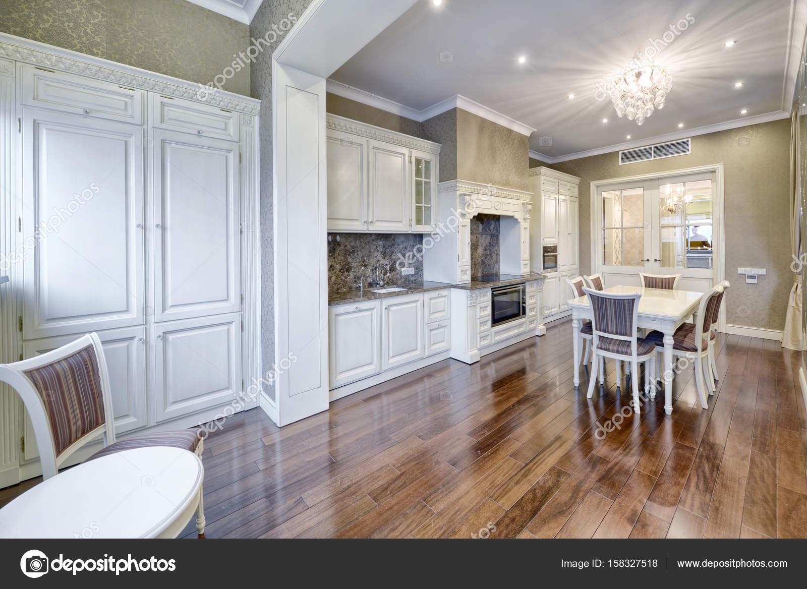 Cocina blanca de diseño moderno en un amplio apartamento — Foto de ...