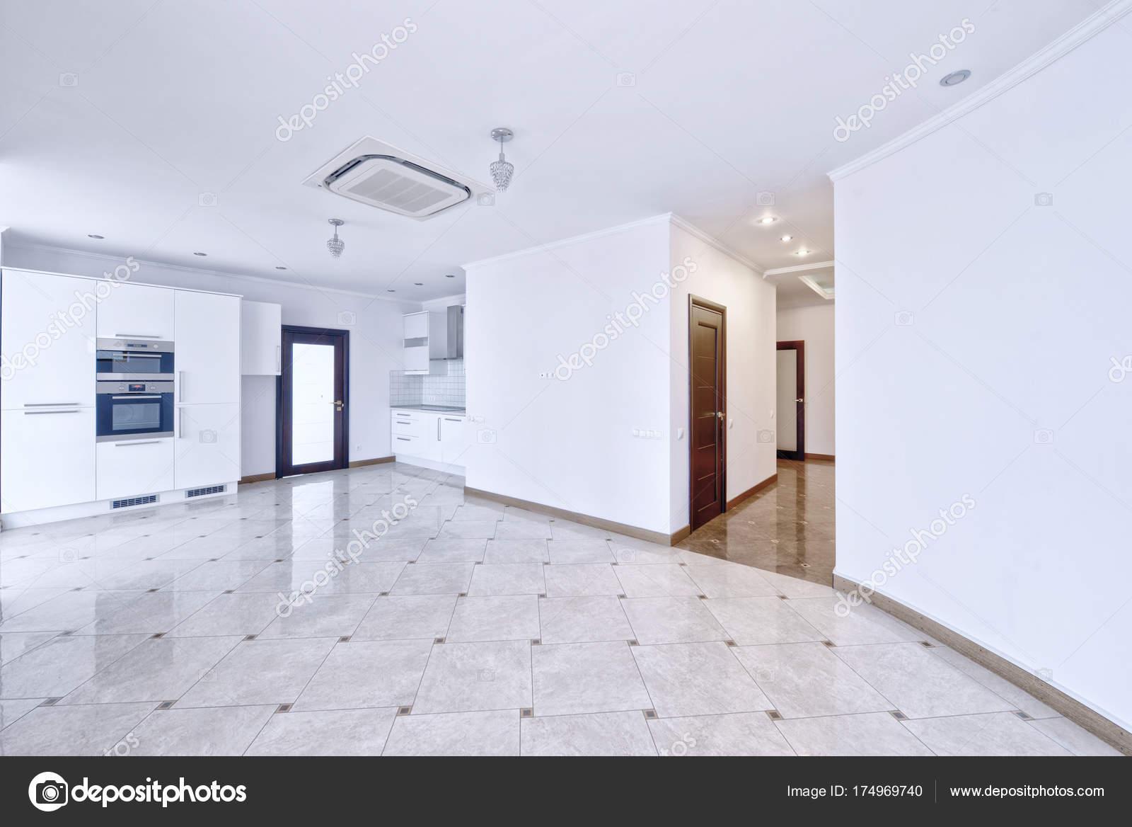 Moderne Witte Keukens : Moderne witte keuken een ruim appartement u2014 stockfoto