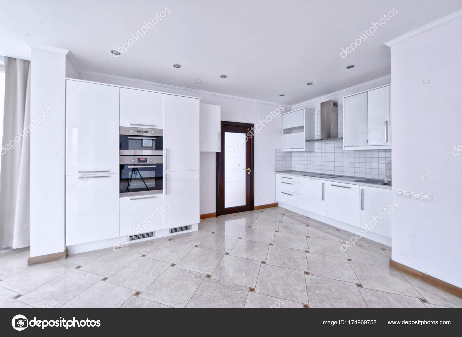 Cucina Design Moderno Bianco Uno Spazioso Appartamento — Foto Stock ...
