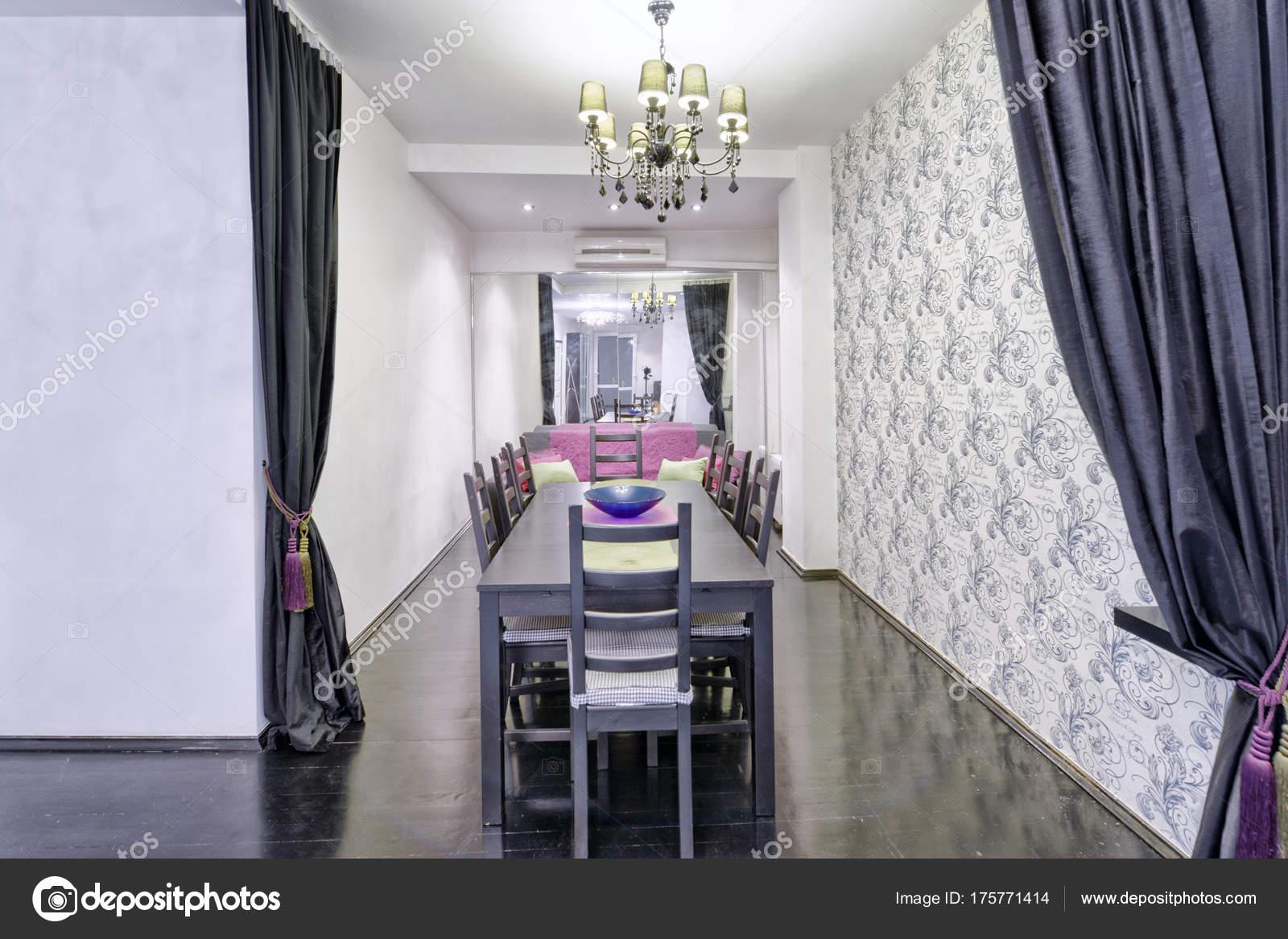 Grote eettafel het interieur van het appartement een stijlvol