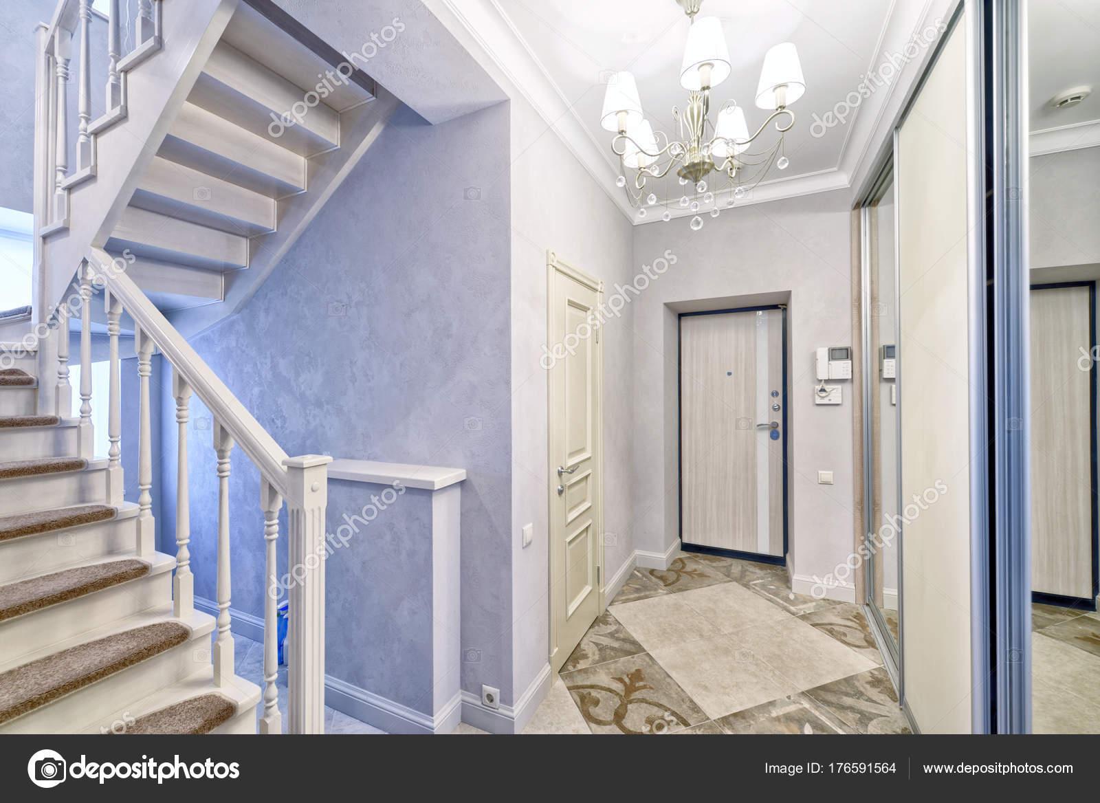 Trap ontwerp het interieur van het huis u stockfoto