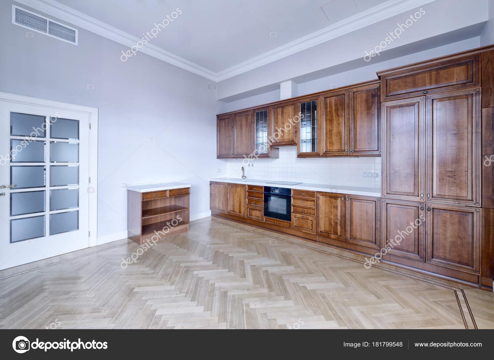 Cuisine Est Bois Massif Dans Style Classique Dans Une Maison ...