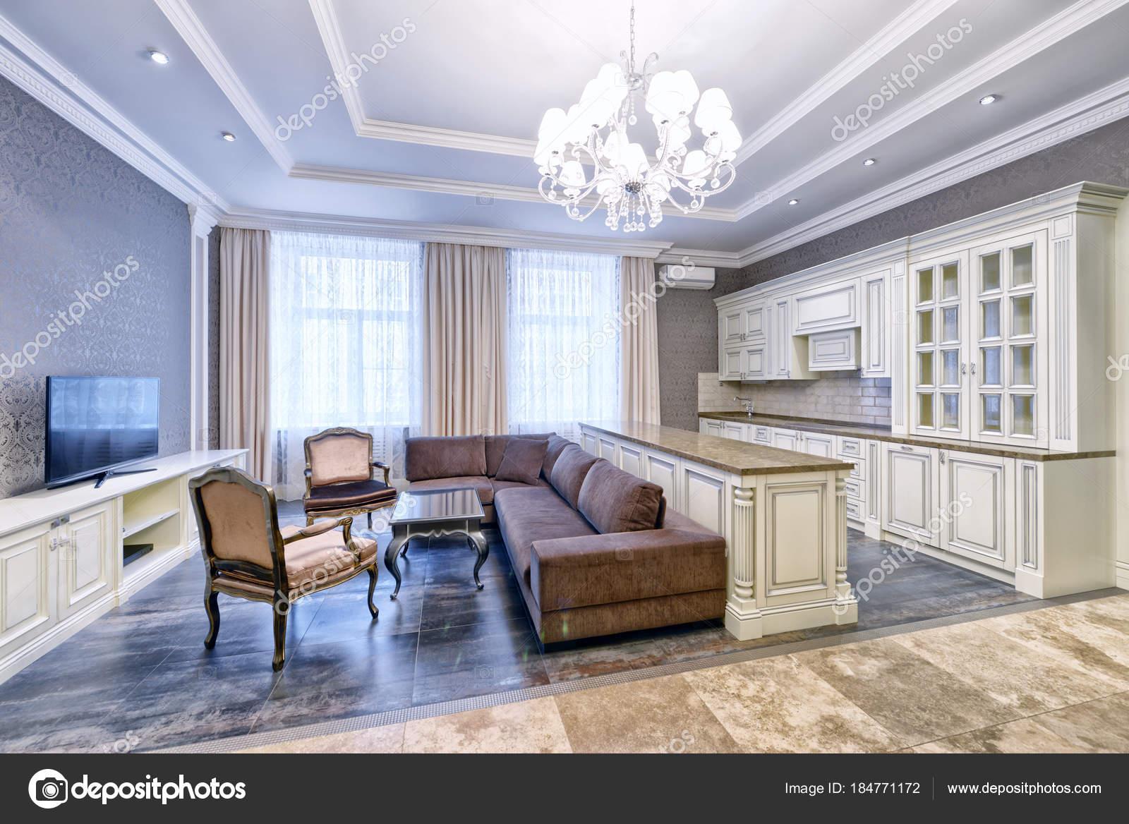Modernes Design Innenraum Mit Weißen Küche Einem Luxusapartment ...