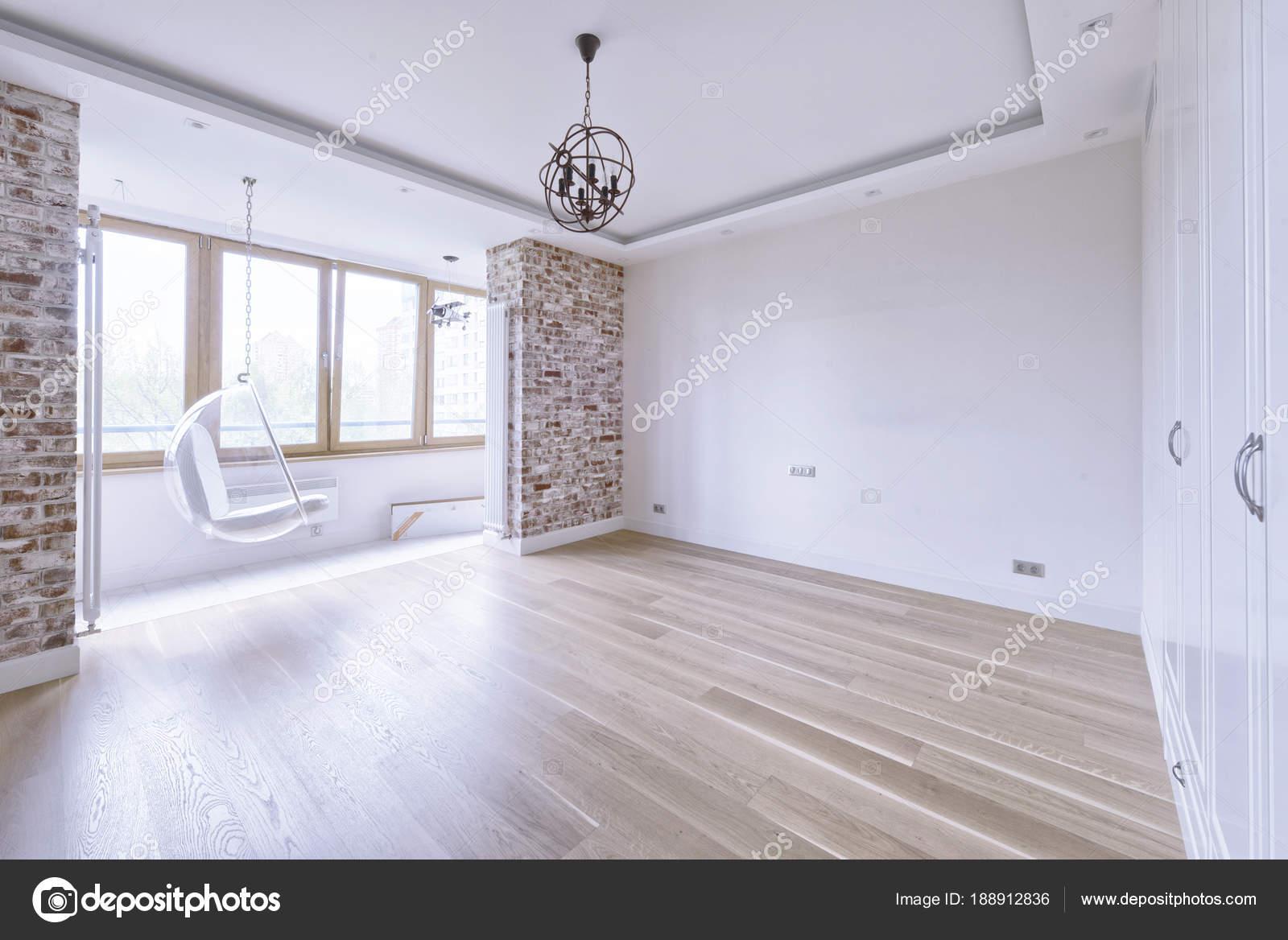 Leeg binnenkant van het huis gerenoveerd u stockfoto