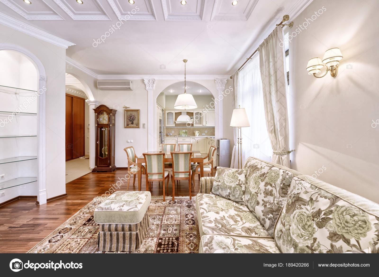 Interni Del Salotto Stile Classico Una Casa Moderna — Foto Stock ...