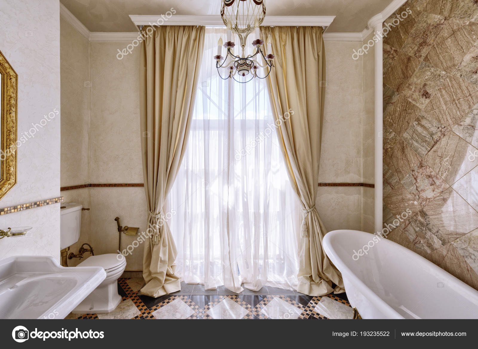 Merveilleux Rideaux De Fenêtre De Décoration. Maison De Luxe Salle De Bain Design  Du0027intérieuru2013 Images De Stock Libres De Droits