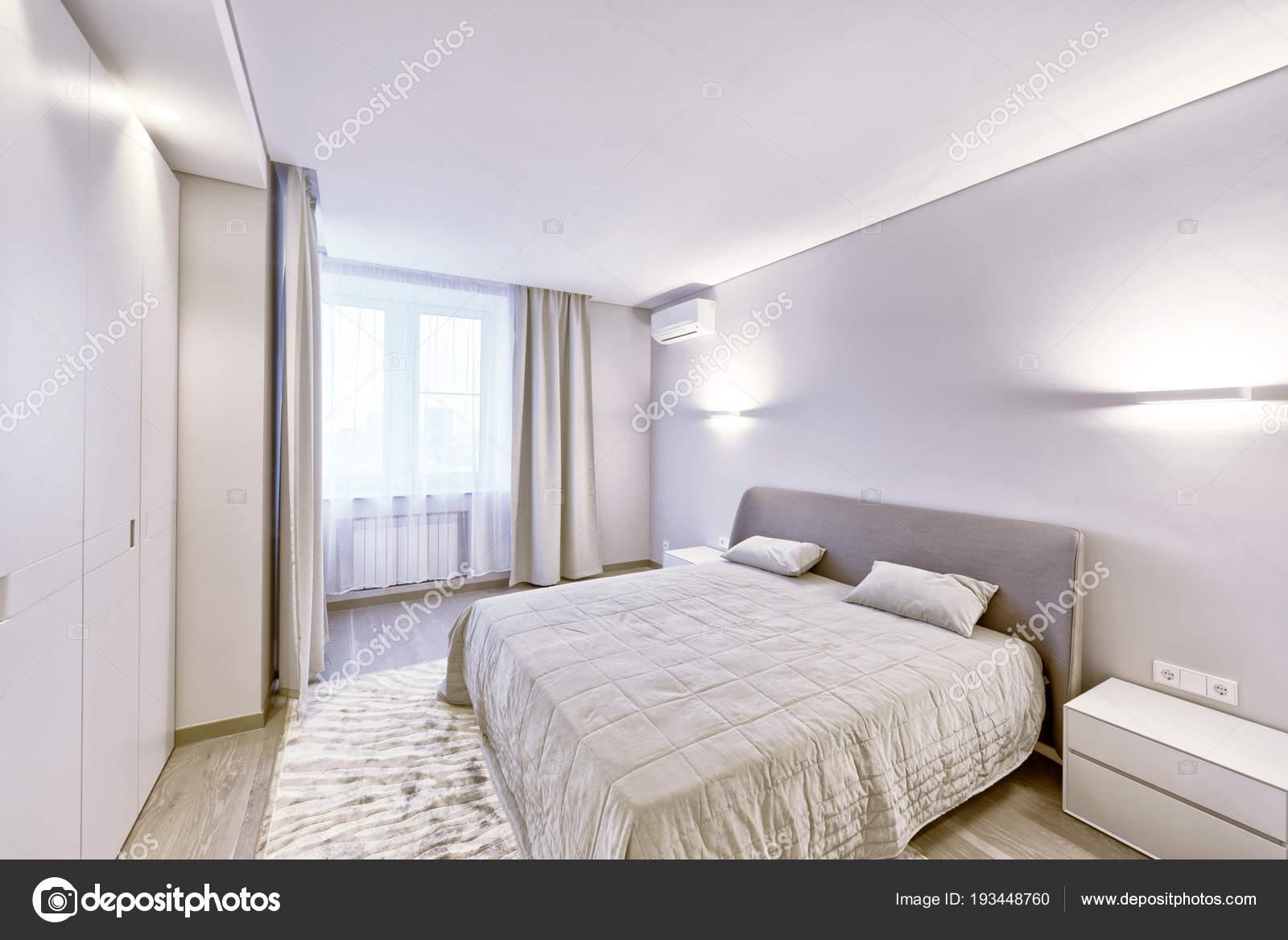 modern interieur van een slaapkamer het nieuwe huis stockfoto