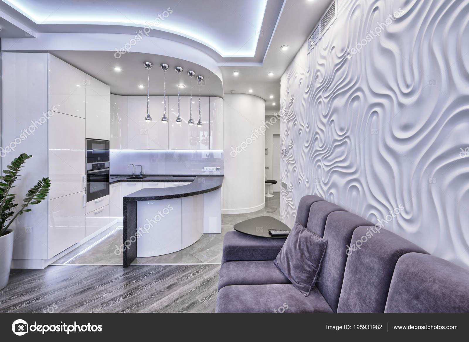Interni dal design moderno con cucina bianca lucida lussuoso