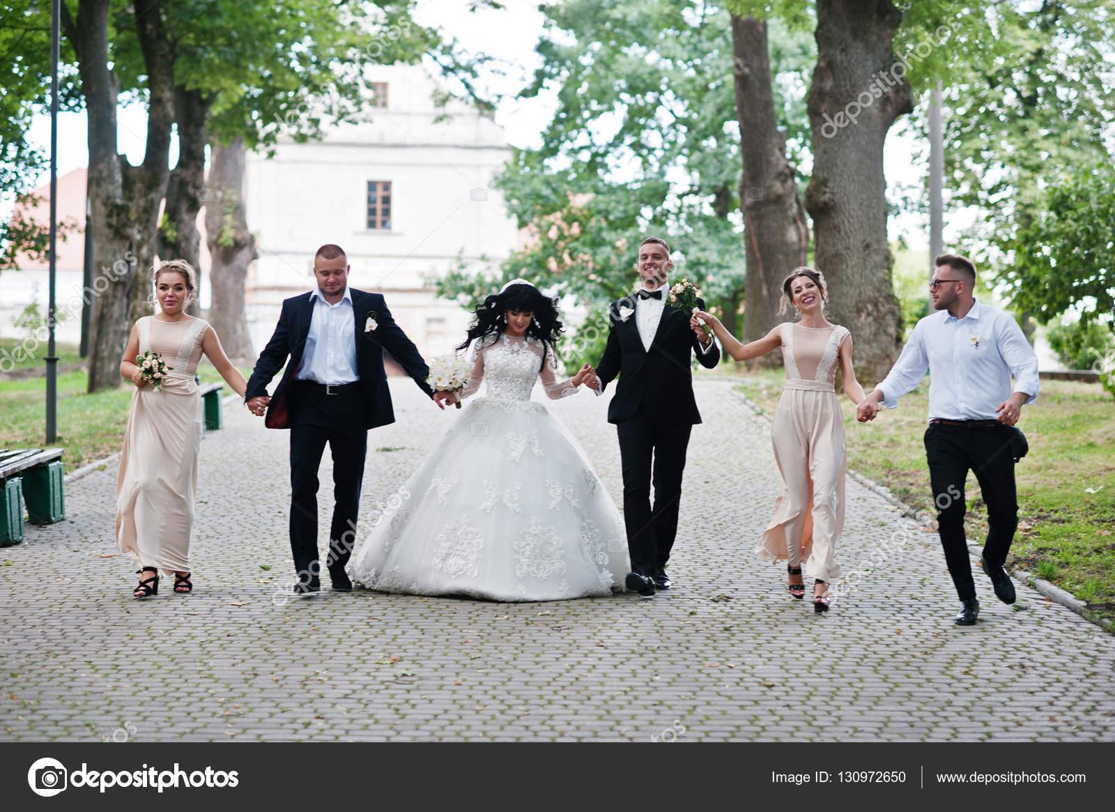Feine Hochzeitspaar mit Brautjungfern Beige Kleid und groomsma ...