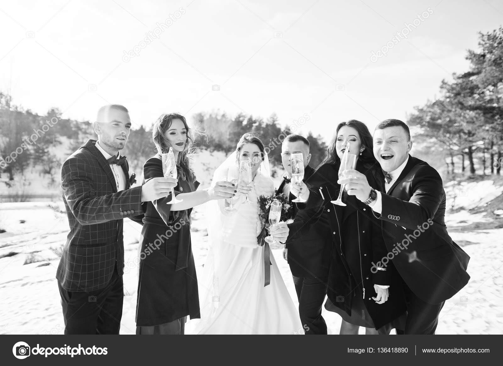 Trauzeuge Mit Brautjungfern Und Brautpaar Trinken Champagner Auf Fr