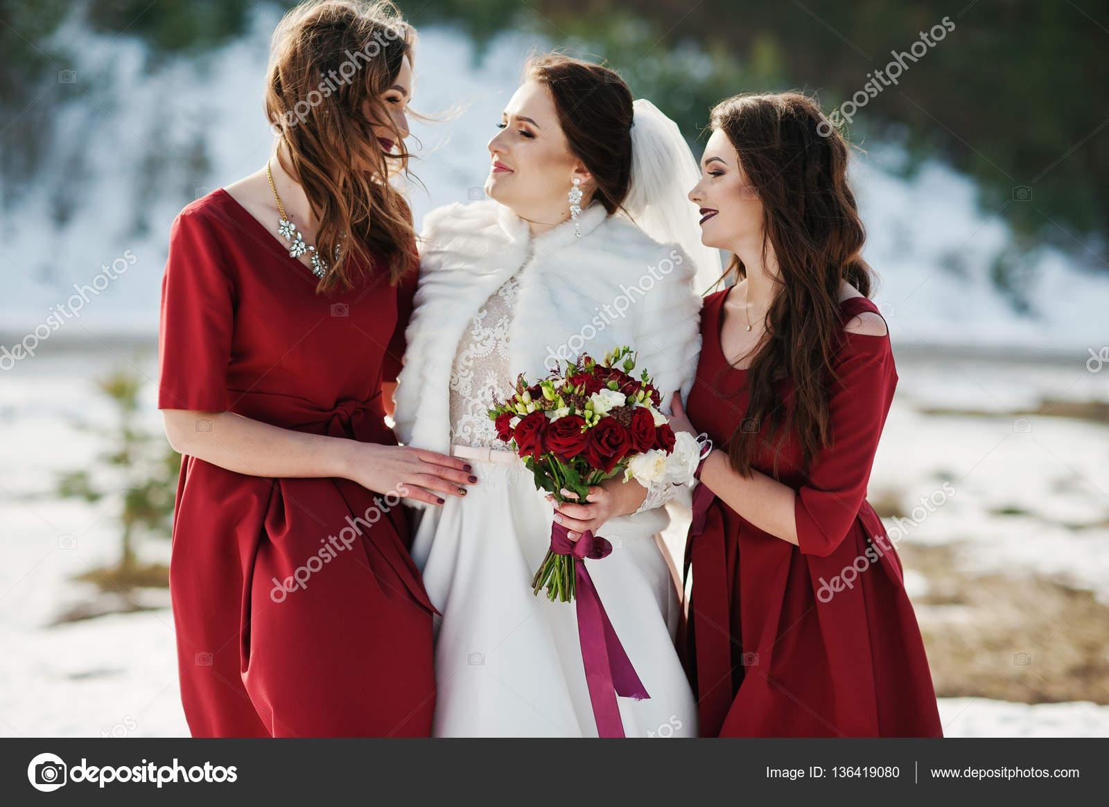 new style 55694 09d97 Damigelle bella su abiti rossi con la sposa su giornate ...