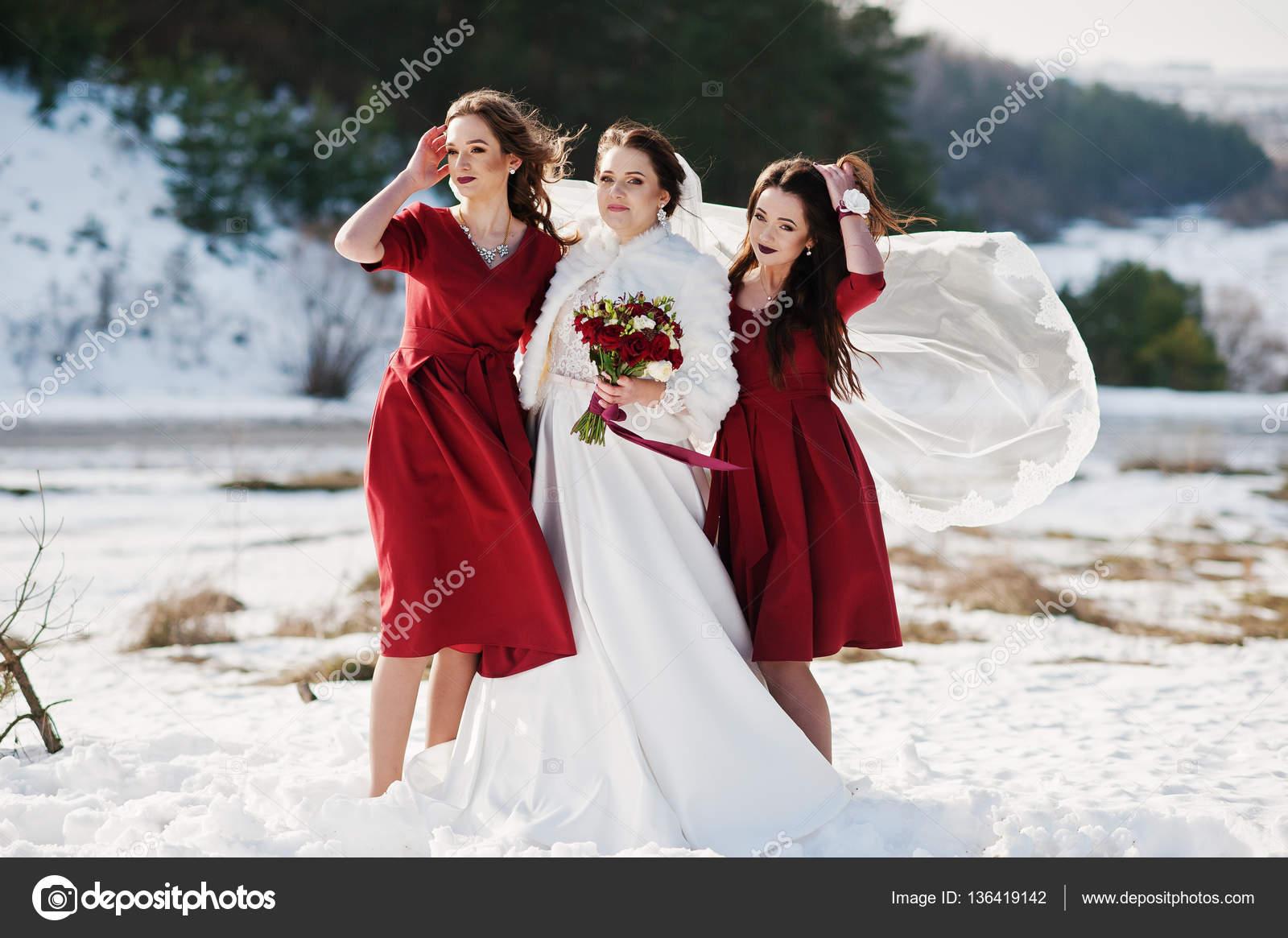 new style 3e280 6ad93 Damigelle bella su abiti rossi con la sposa su giornate ...