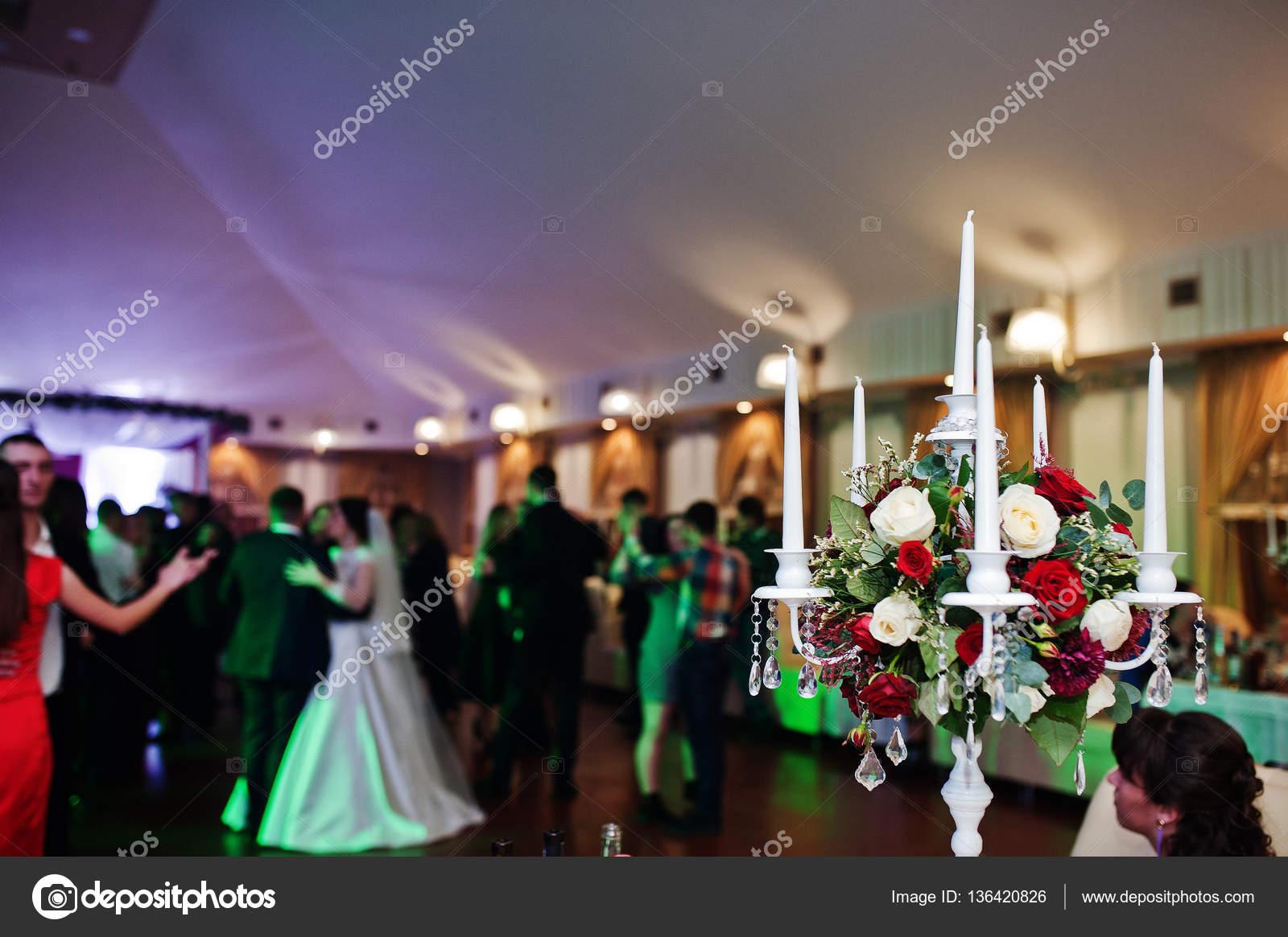 Kerzenstander Mit Blumen Hintergrund Tanzen Gaste Auf Hochzeit Pa
