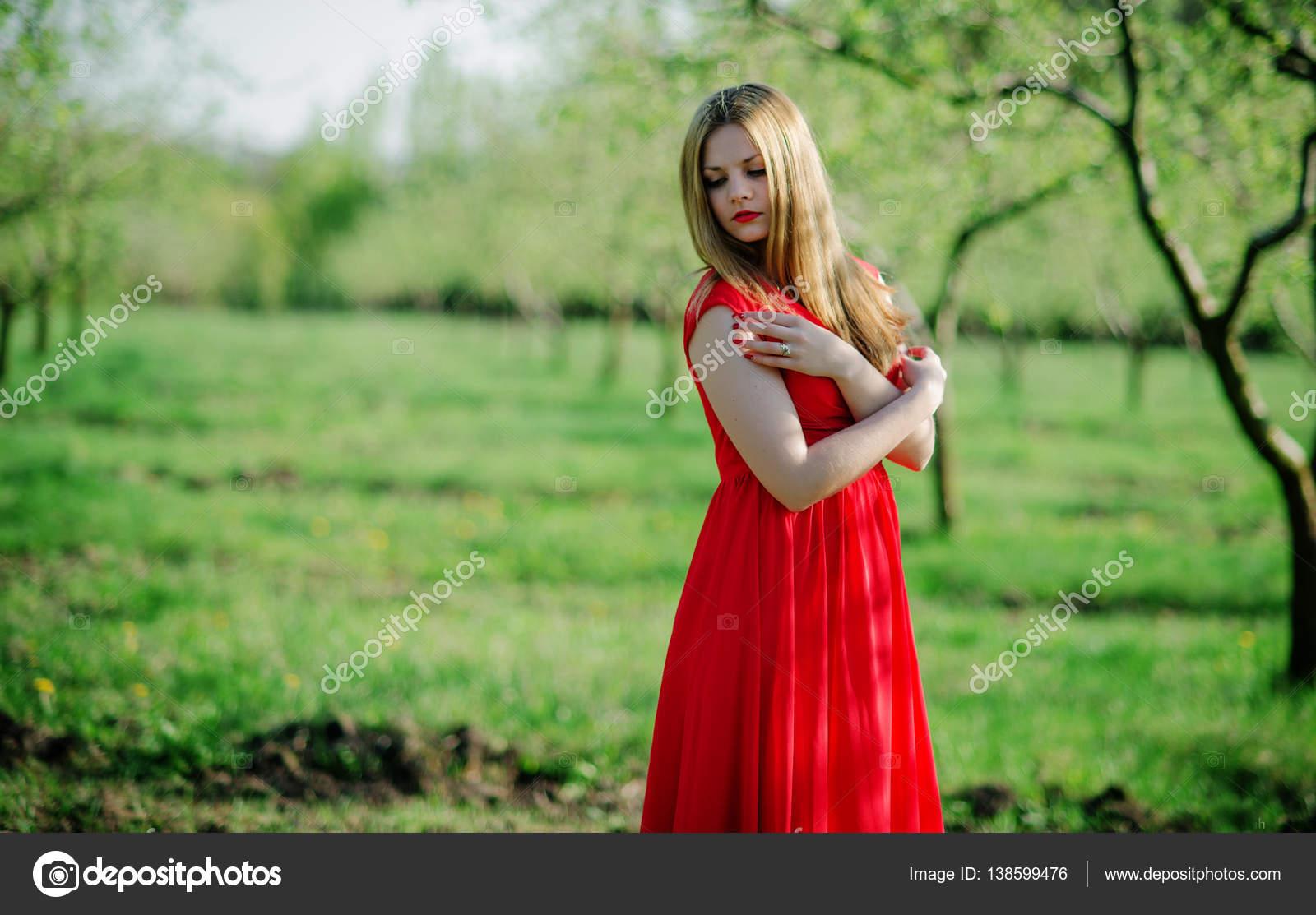 Фото в красном  весной