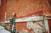 Venkovní portrét Mladá hezká dívka s červenými vlasy nosí