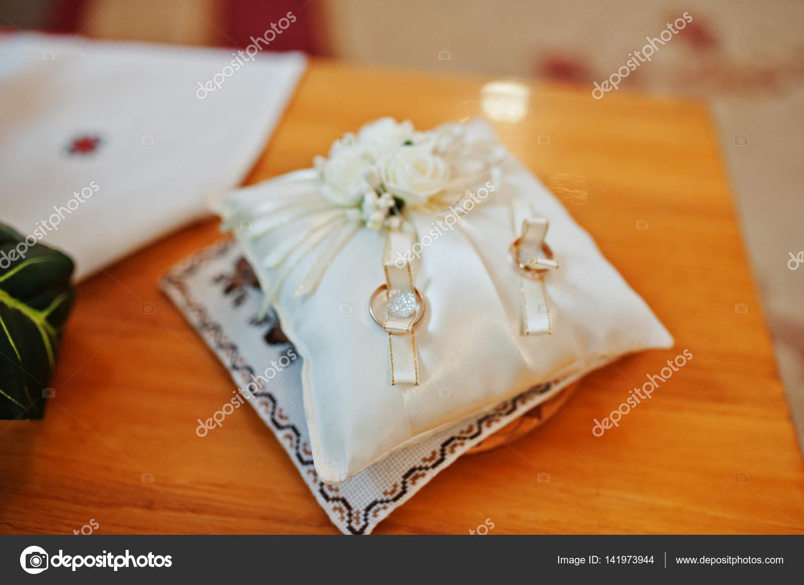 Goldene Hochzeit Ringe Auf Kleinen Kissen Bei Zeremonie Stockfoto