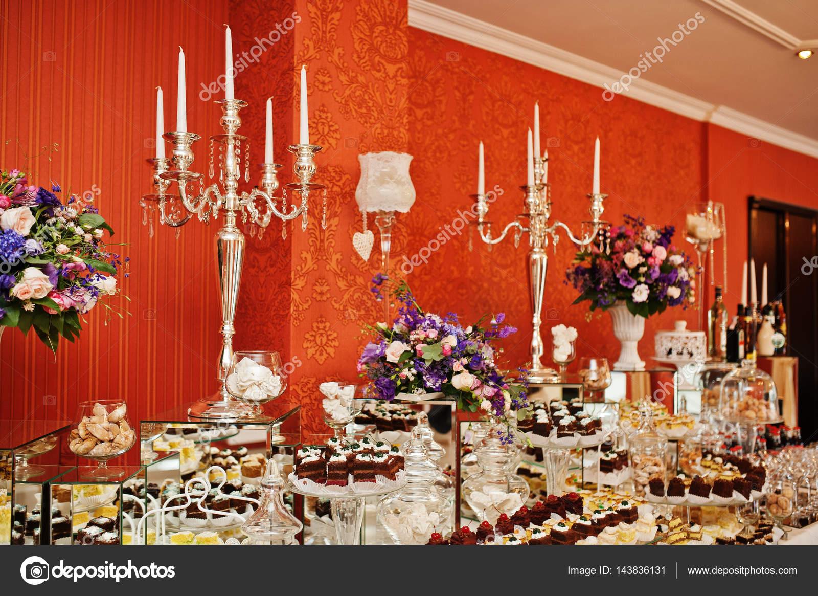 b8b13a8eb1d5a6 Różne rodzaje ciast i pieczenia w stół wesele — Zdjęcie stockowe ...