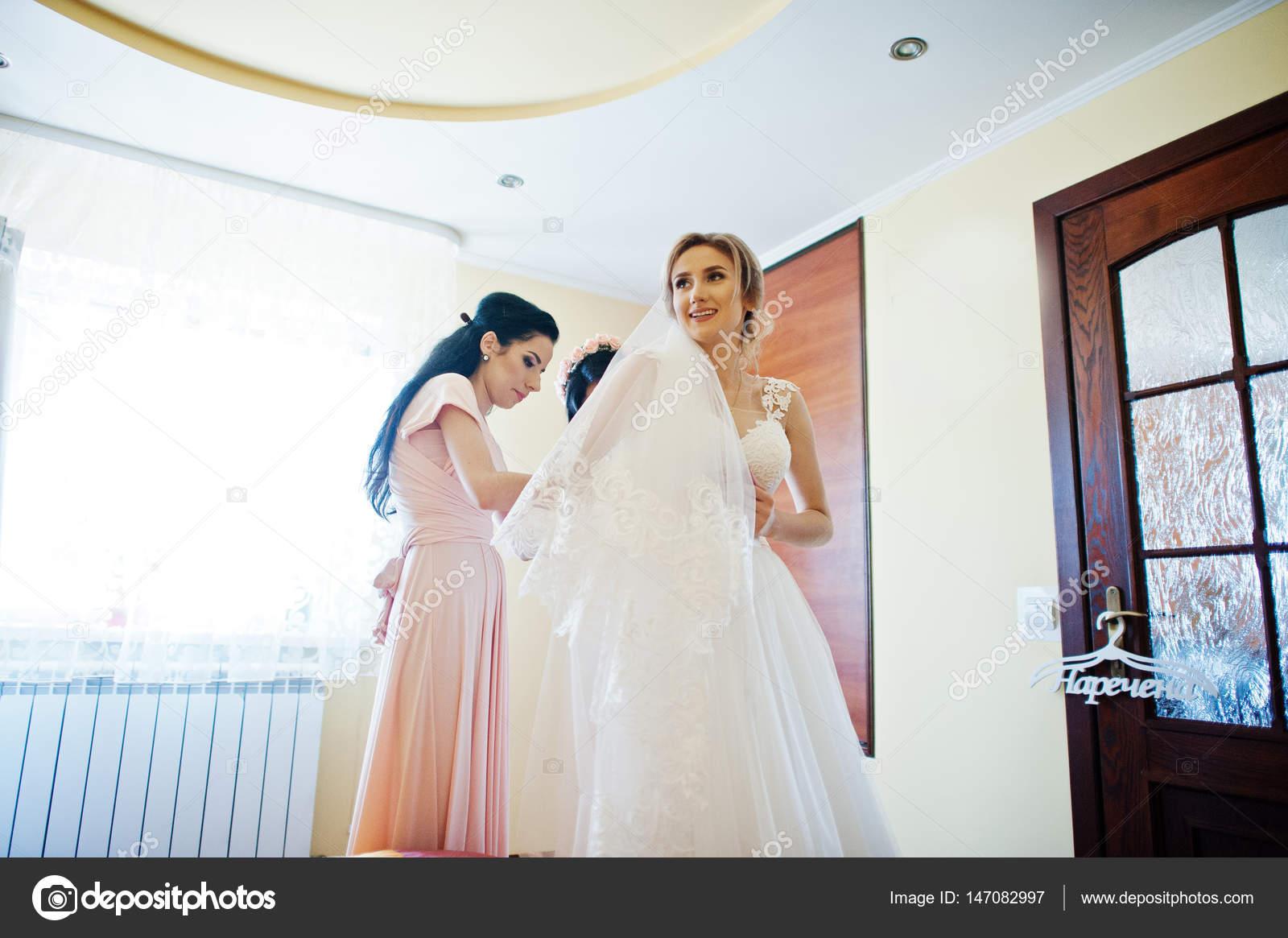 Modische Brautjungfern auf rosa Kleidern half Verschleiß Schleife am ...