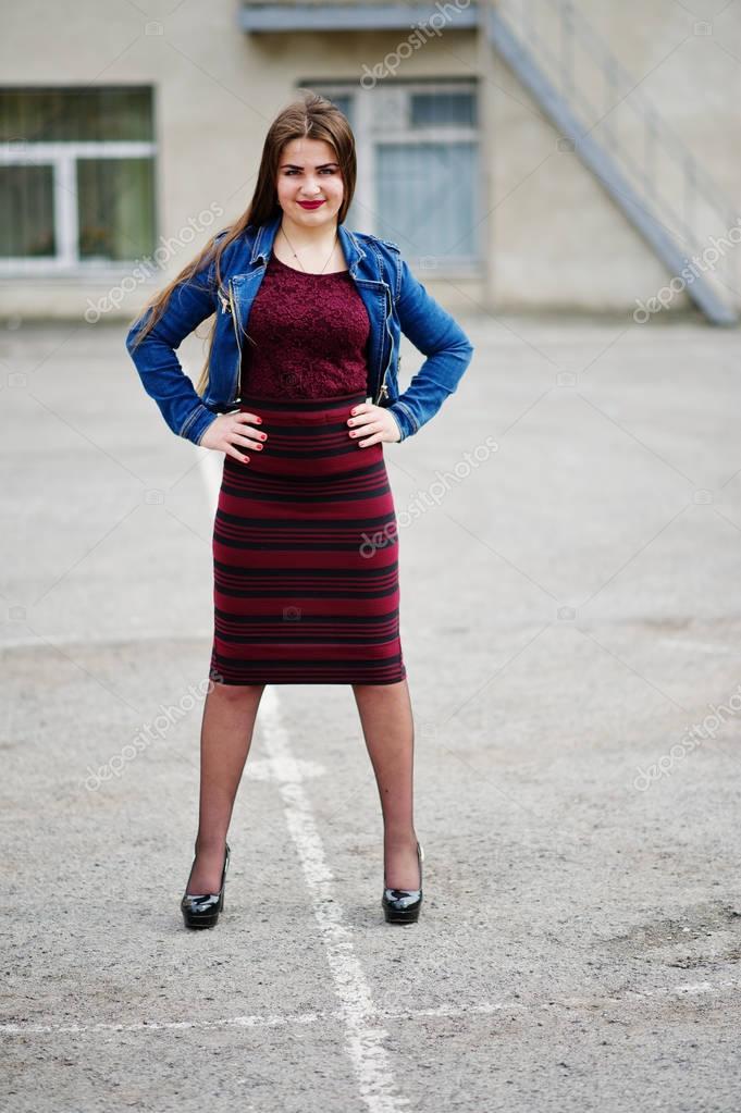 Junge mollige Teenager-Mädchen tragen im roten Kleid und