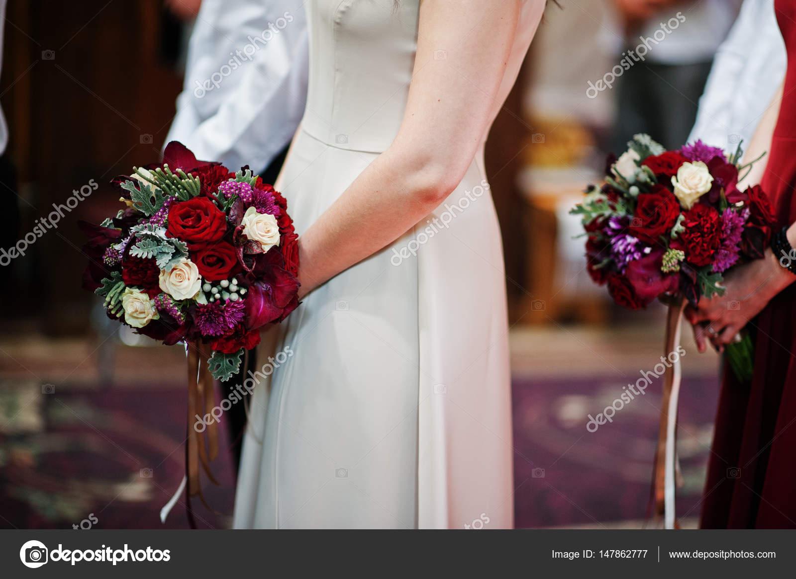 bouquets de mariage au mains des demoiselles d'honneur restent sur
