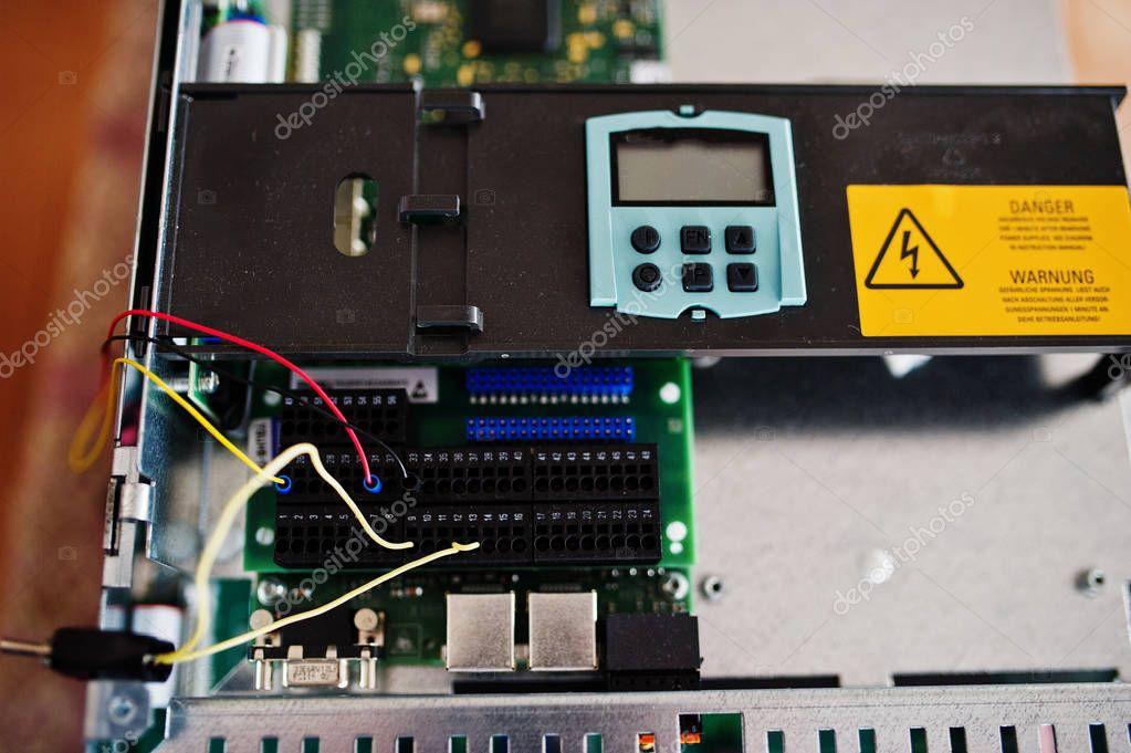 Ungewöhnlich Installieren Sie Den Leistungsschalter Im Panel Galerie ...