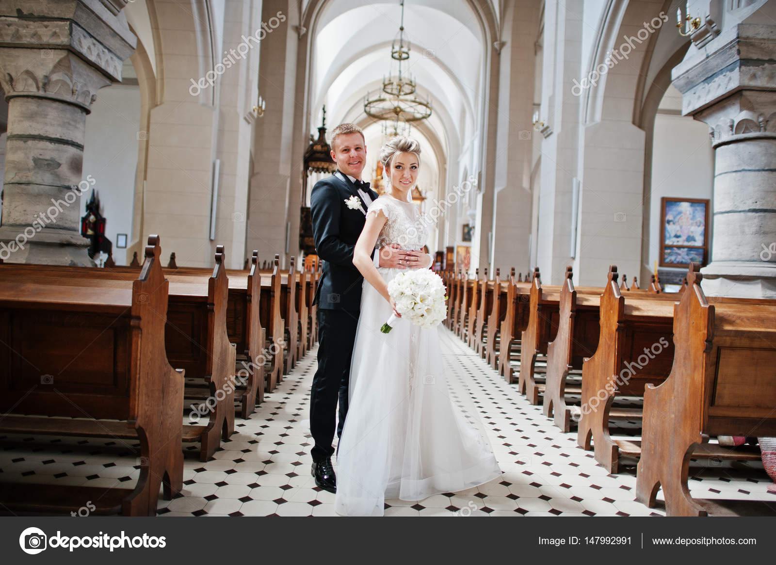 Photosession du couple de mariage élégant sur l\u0027église