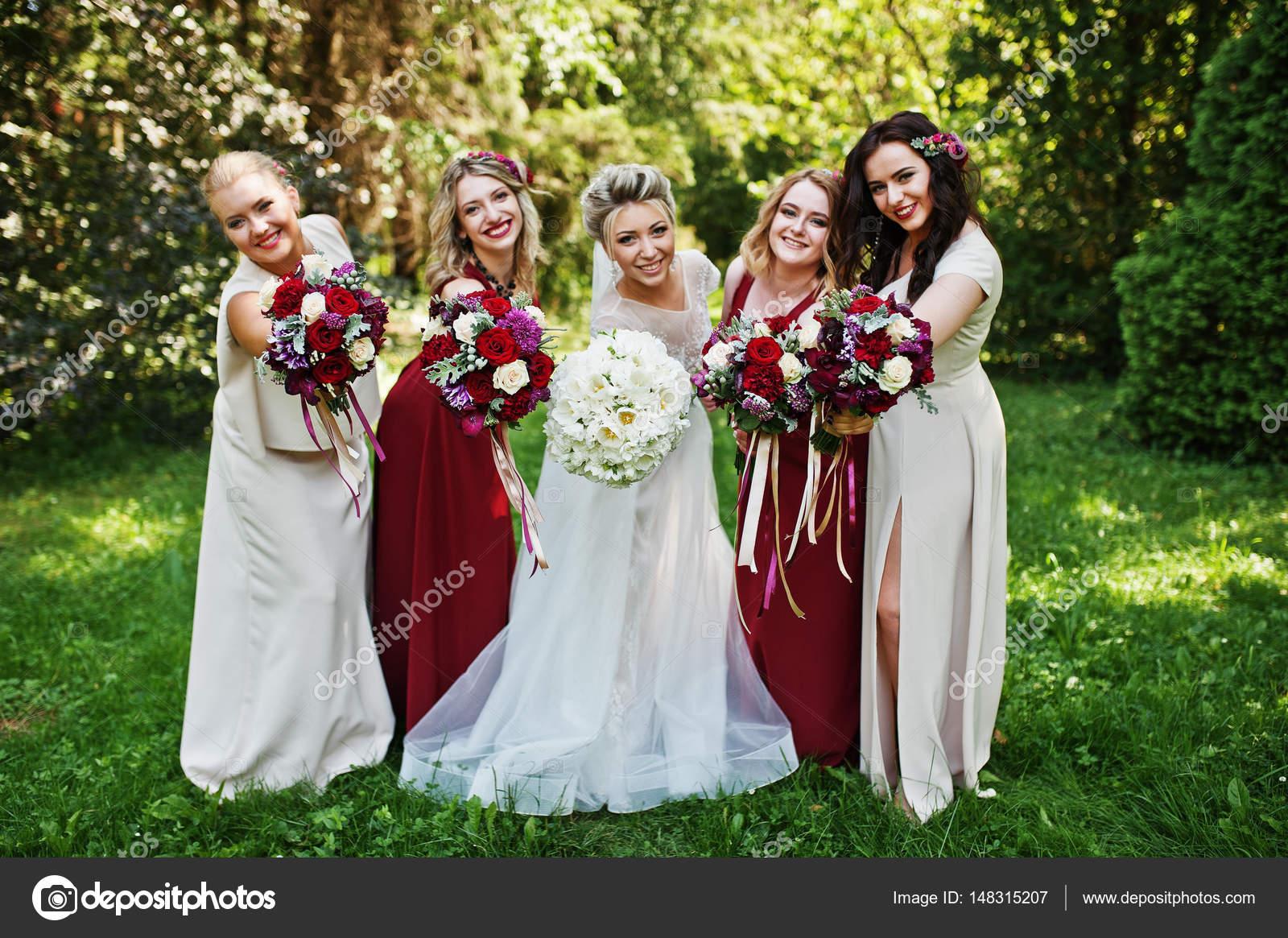 Wunderschöne blonde Braut mit vier Brautjungfern in rot und Beige ...
