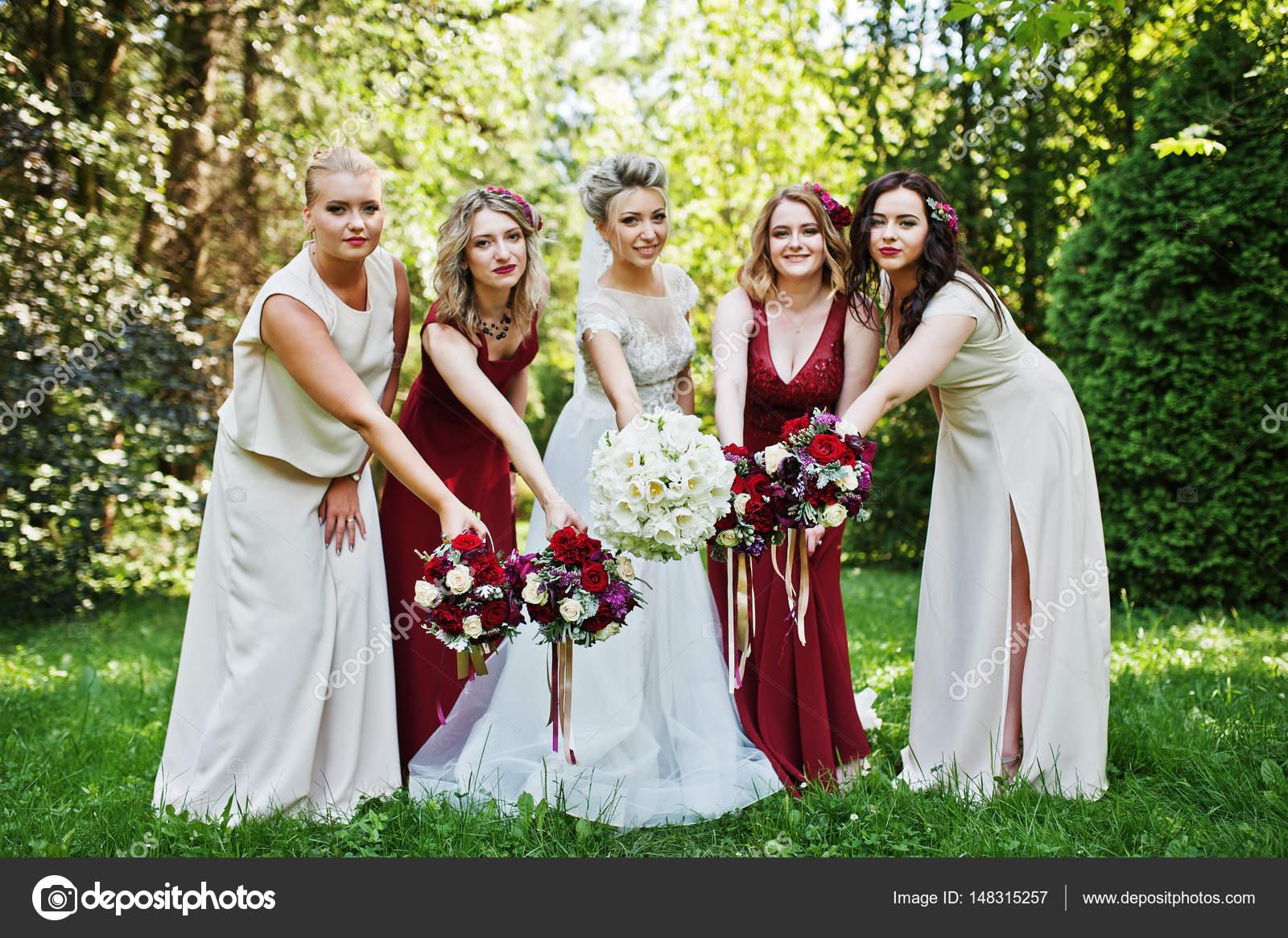 reputable site f73c4 c41e4 Splendida sposa bionda con quattro damigelle d'onore a dre ...
